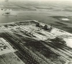 In aanbouw zijnde chemische fabriek van Hoechst N.V. in Haven...