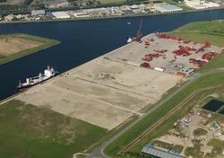 Kade Autrichehaven met vestiging van Mammoet.