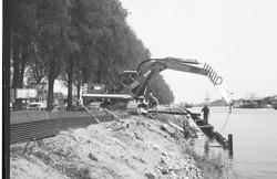 Werkzaamheden aan de damwand bij Zijkanaal B aan het Kanaaleiland...