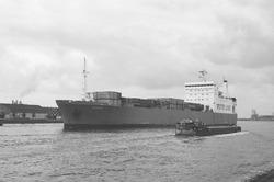 Zeeschip op het kanaal ter hoogte van het Kanaaleiland Sluiskil.