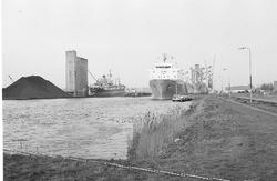 Zeeschepen aan de kade in de Zevenaarhaven. Op de voorgrond is een...