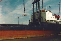 Het lossen van een zeeschip in de haven van Vlissingen-Oost.