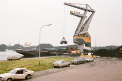 Kraan van Ovet met duwbakken in de Massagoedhaven.