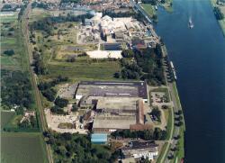 Luchtfoto Glasfabriek Sas van Gent en Zuid-Chemie te Sas van Gent.
