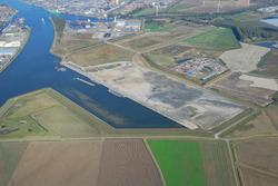 Luchtfoto Autrichehaven met voltooide kade 2e fase.