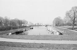 Jachthaven in Sas van Gent. Op de achtergrond de fabriek van de CPC.