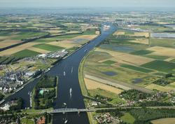 Overzicht kanaal Gent-Terneuzen. Foto is genomen vanaf Sas van Gent...