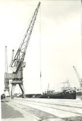 Het laden van een binnenvaartschip in de Zuiderkanaalhaven.