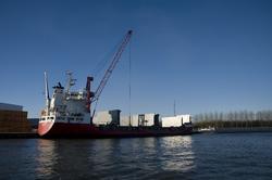 Lossen van een schip bij Outokumpu Steel Processing.