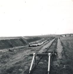 Aanleggen van een spoorlijn bij de Zevenaarhaven.