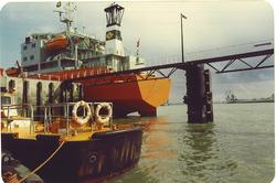 Spoelschip aan dukdalven bij River Scheldt Cleaning Company...