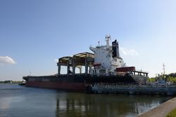 Zeeschip Swan Arrow met sleepboot vaart de zeesluis van Terneuzen uit.