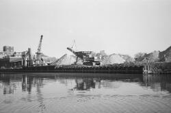 Van Denderen Zand en Grind aan de oude locatie, Zijkanaal H, Oostkade...