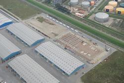 Loodsen van Verbrugge Terminals aan de Scaldiahaven.