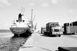 Overslag containers aan de Zevenaarhaven.