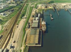 Luchtfoto van de Westerhavenweg aan de Buitenhaven te Vlissingen met...