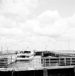 Binnenvaartsluis, oostsluis bij Terneuzen.