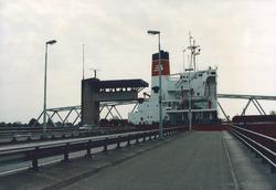 Zeeschip vaart door brug Sluiskil.