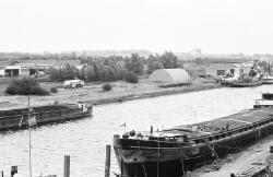 Binnenvaartschepen in Zijkanaal A langs de Beneluxweg.