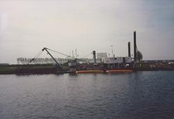 Werkzaamheden aan de kade bij Outokumpu Steel Processing op de Axelse...