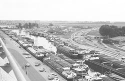 Binnenvaartschepen in Zijkanaal A in Terneuzen. Foto is genomen vanaf...