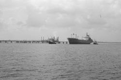 Zeeschip met sleepboten in de Braakmanhaven.