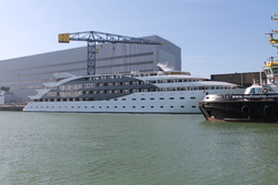 Jacht dat wordt afgebouwd bij scheepswerf Scheldepoort.