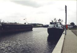 Binnenvaartschepen in Zijkanaal A te Terneuzen.