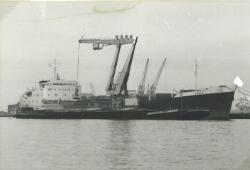 Overslag met drijvende kranen uit een zeeschip in een binnenvaartschip...