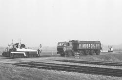 Asfalteringswerkzaamheden bij de spoorwegovergang aan de Industrieweg...