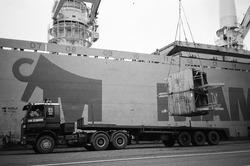 Lossen van onderdelen met een kraanschip voor de uitbreiding van de...