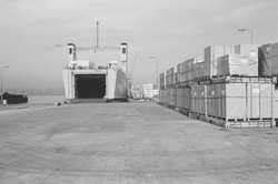 Ro-ro schip aan de kade van de ro-ro 1 haven in de Zevenaarhaven.