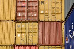 Gestapelde containers bij de Zeeland Container Terminal van Katoen...