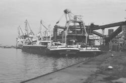 Binnenvaartschepen aan de kade bij de Cokesfabriek te Sluiskil.