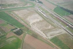 Luchtfoto recent aangelegd zanddepot aan de Liechtensteinweg met zand...