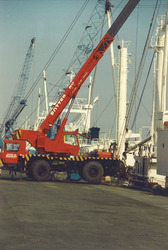 Het lossen van een schip in de Bijleveldhaven.