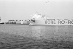Ro-ro schip, van Bore ro-ro, met schade in de Zevenaarhaven.