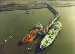 Luchtfoto zeeschepen aan steiger Dow Chemical in de Braakmanhaven.