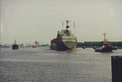 Kanaal van Gent naar Terneuzen, zeeschepen achter de zeesluis bij...