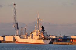Zeeschip aan de kade bij Kloosterboer. Op de achtergrond zijn...