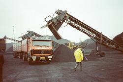Vrachtwagen en kolenbelading op de terminal van Ovet in de...