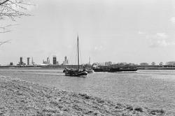 Zeiljachtjes en een duwcombinatie op het kanaal ter hoogte van...