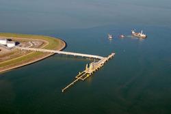 Luchtfoto steiger Oiltanking in de Braakmanhaven.