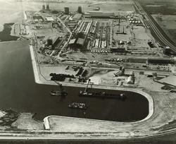 Overzicht Pechiney fabriek in aanbouw, met onderaan de Kraaijerthaven.