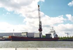 Zeeschip aan de kade bij Outokumpu op de Axelse Vlakte. Foto gemaakt...