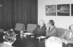 Vergadering in de vergaderzaal van het kantoor van het Havenschap...