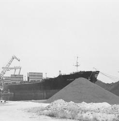Zeeschip Splendid aan de terminal van Ovet in de Massagoedhaven.