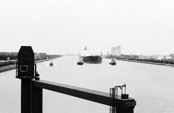 Zeeschip met sleepboten op het kanaal. Foto is gemaakt vanaf de brug...