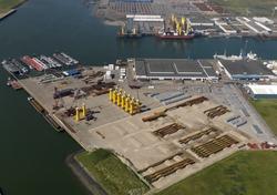 Opbouwen van onderdelen windmolens op de kade van de Bijleveldhaven in...