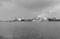 Zeeschepen en binnenvaartschepen aan de kade bij de Nederlandse...